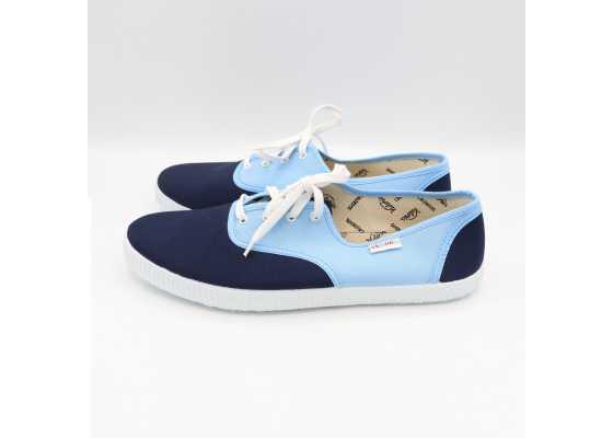Teniși în două culori: bleu și albastru