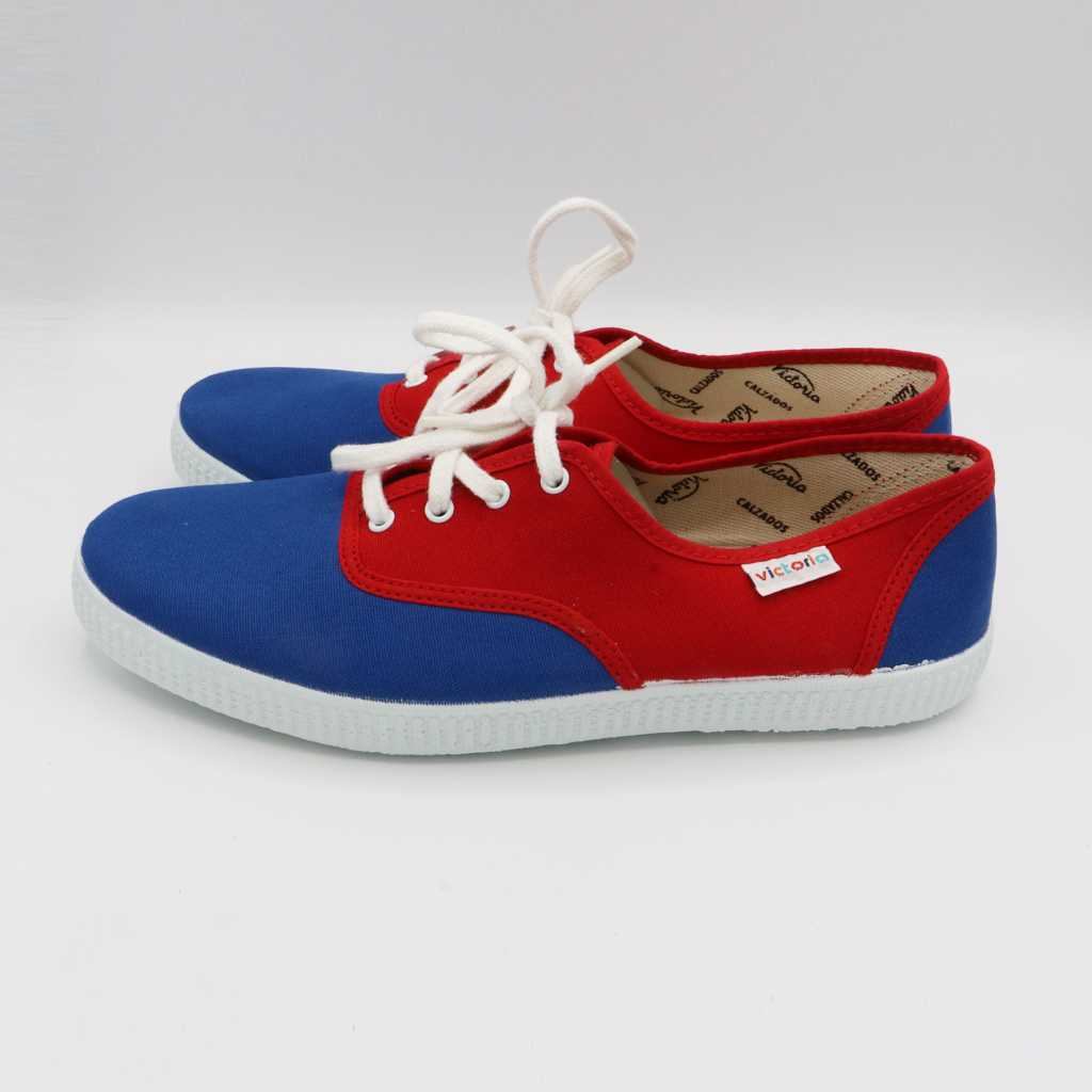 Teniși în două culori: roșu și albastru