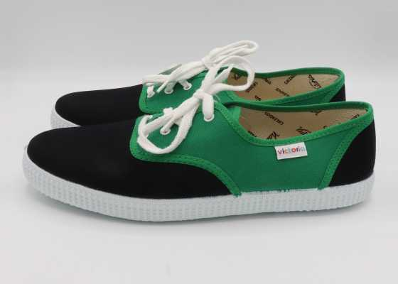 Teniși în două culori: verde și negru