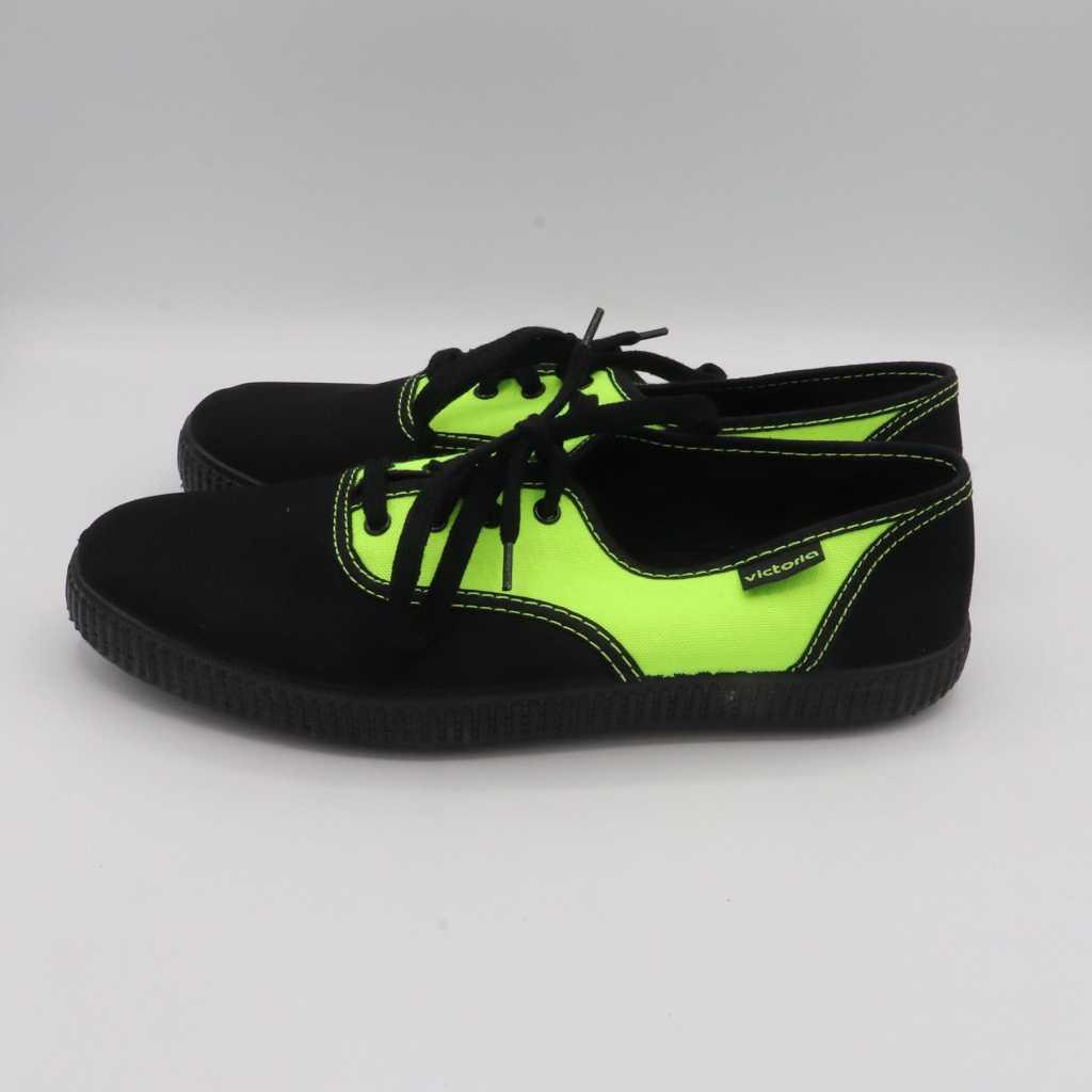 Teniși în două culori: negru și verde electric