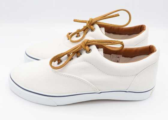 Teniși albi cu șiret maro