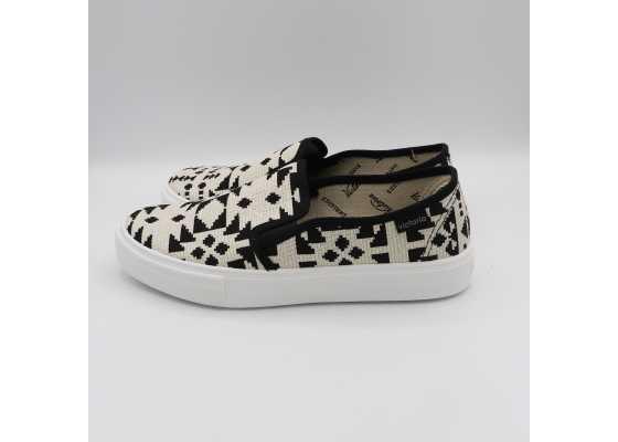 Pantofi slip on alb, negru și auriu cu model geometric